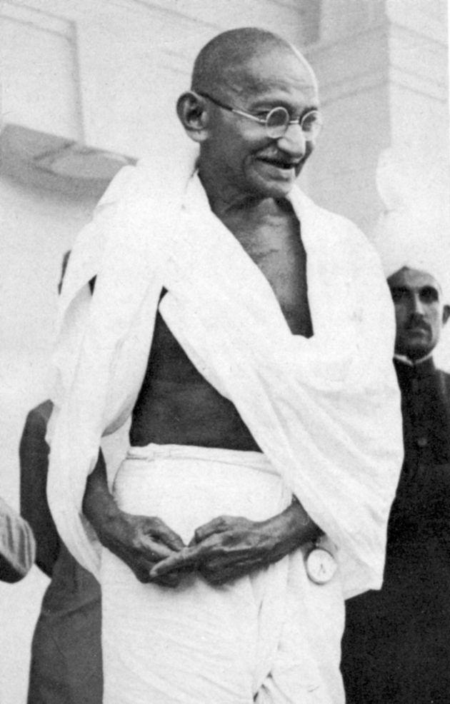 «Παρόλο που ο δρόμος της αλήθειας είναι ευθύς και στενός και κοφτερός σαν λάμα ξυραφιού, για μένα ήταν ο πιο εύκολος και γρήγορος», Μαχάτμα Γκάντι.