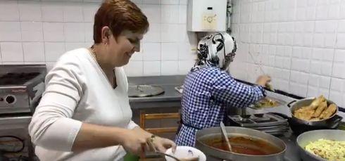 """Quand l'ambassadrice du Canada en Tunisie aide les bénévoles de l'association """"Un repas pour chaque tunisien"""""""