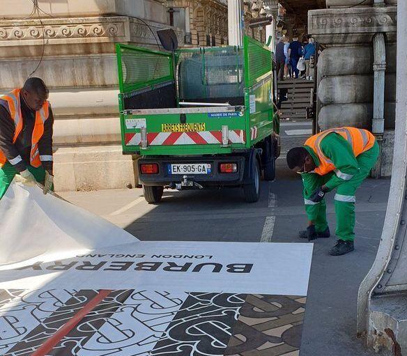 Le 16 mai, des agents municipaux de la ville de Paris ont dû intervenir pour décoller la...
