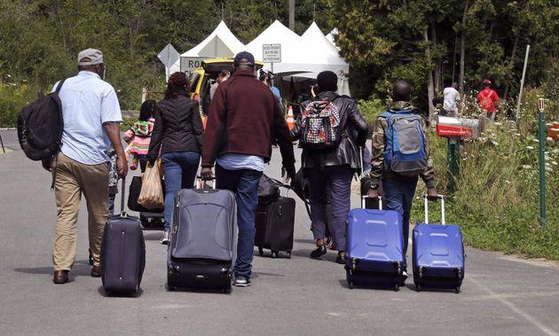 Des demandeurs d'asile sur le désormais célèbre chemin Roxham, en