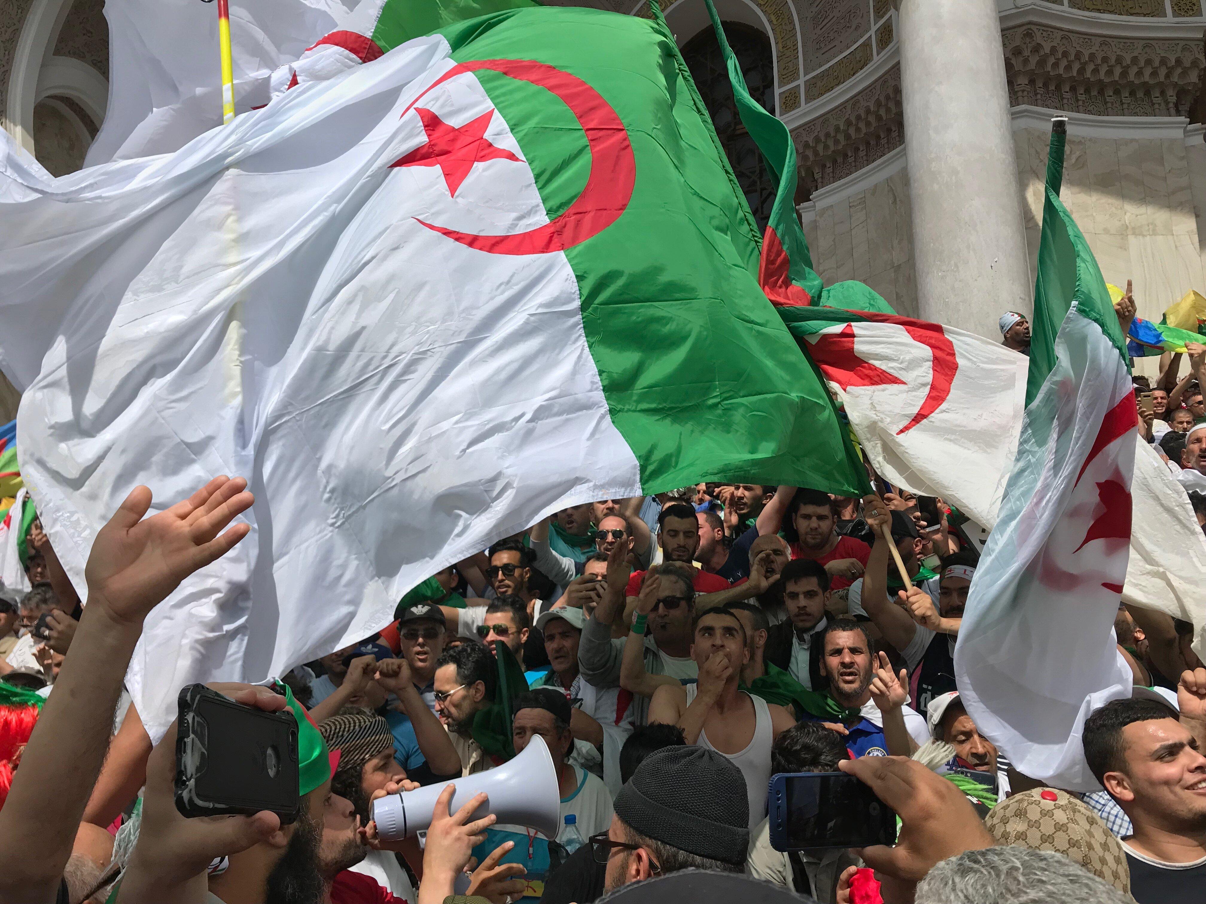 L'euphorie des manifestants après avoir repris les marches de la Grande Poste à Alger,...