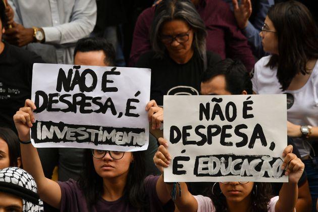 No último dia 15, mais de 100 cidades brasileiras registraram atos em defesa de recursos para...