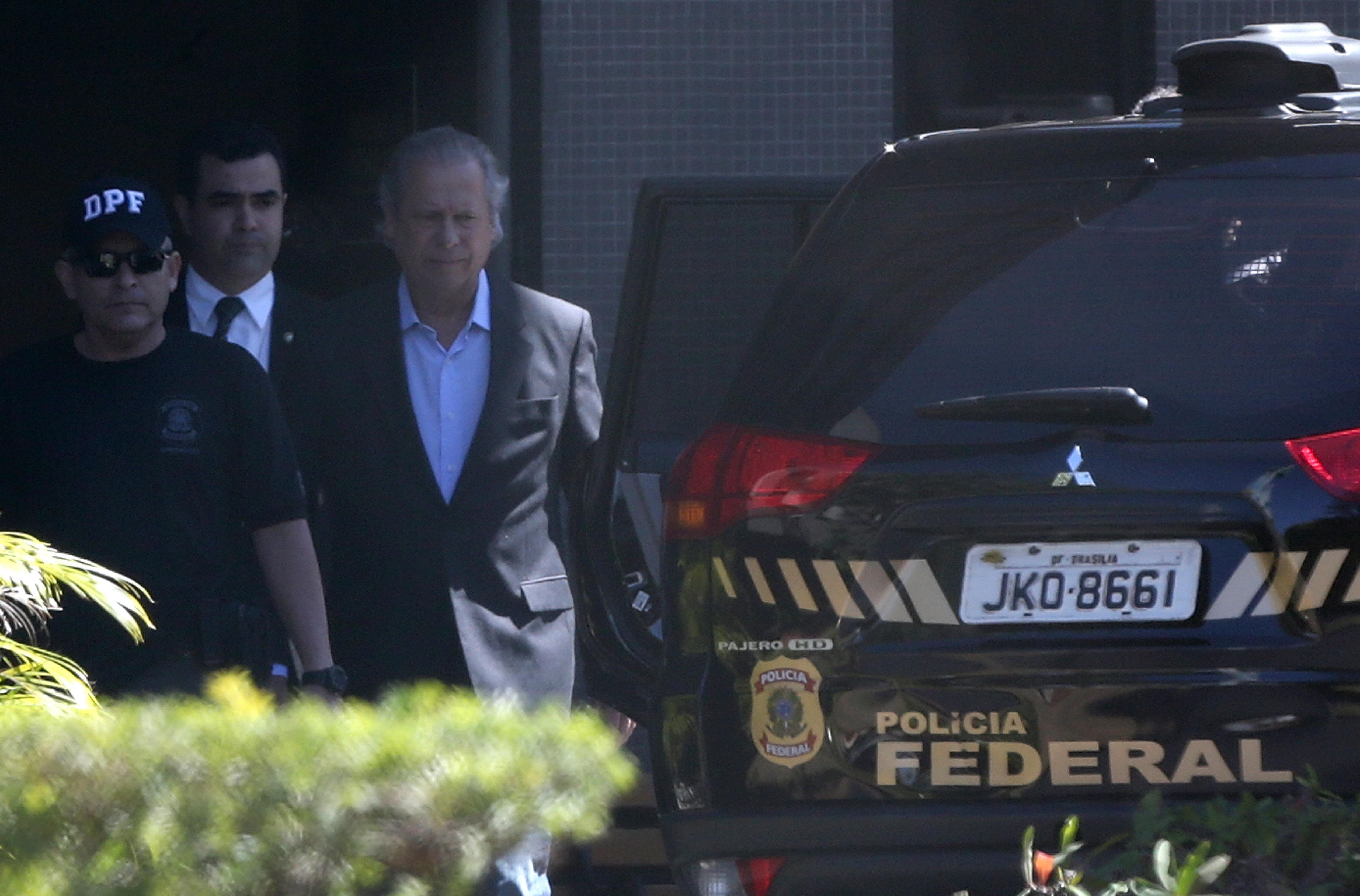 José Dirceu é escoltado por policiais ao ser preso pela primeira vez, em