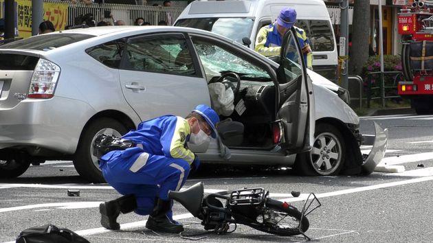 高齢男性が運転する乗用車が暴走し、歩行者や自転車をはね親子2人が死亡した交通事故で、現場に残された自転車と事故車両