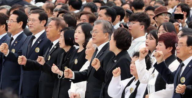 문재인 대통령이 18일 광주 국립 5·18민주묘지에서 열린 제39주년 5·18민주화운동 기념식에서 '임을 위한 행진곡'을 제창하고