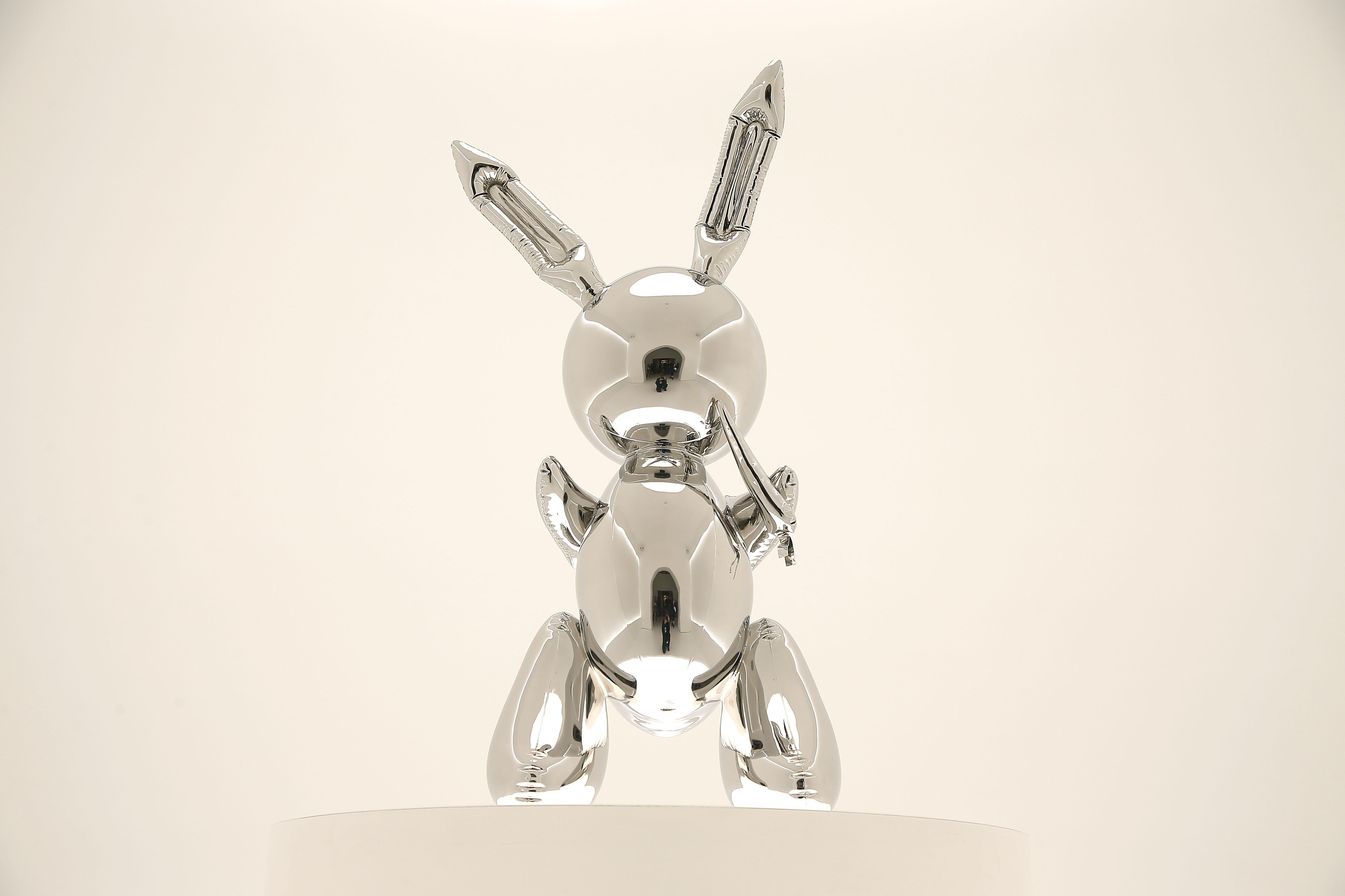 ステンレス製のウサギの彫刻、100億円で落札される。存命の作家作品で世界最高額