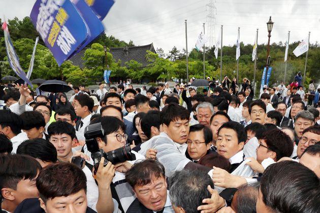 황교안 자유한국당 대표가 18일 광주 북구 국립5·18민주묘지에서 열린 제39주년 5·18민주화운동 기념식에 참석하기 위해 행사장에 들어서면서 시민들의 거센...