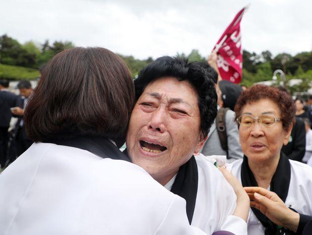 18일 오전 광주 북구 망월동 5·18국립묘지에서 5월어머니가 황교안 자유한국당 대표에게