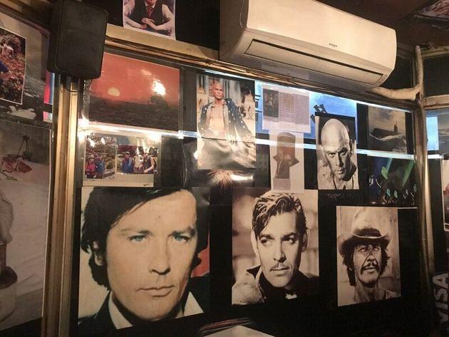 다희의 벽에는 오래된 영화 포스터, 사진, 손님의 편지 등이 빼곡하게