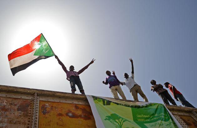 Soudan: des manifestants démantèlent à contre-coeur des barricades à