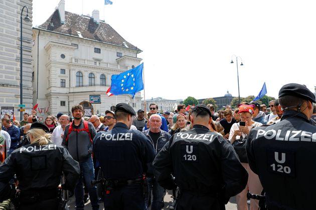 Χιλιάδες διαδηλωτές στη Βιέννη πανηγυρίζουν για την παραίτηση