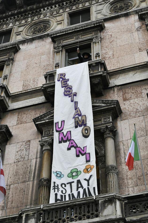 Striscione al comizio sovranista in Piazza Duomo: