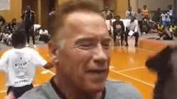 Arnold Schwarzenegger victime d'un coup de pied lors d'un événement sportif en Afrique du