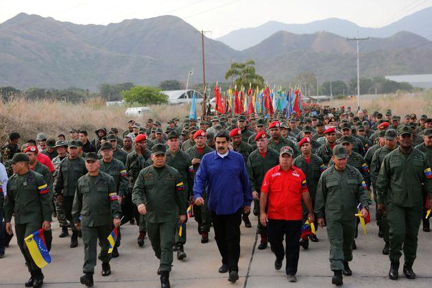 Nicolás Maduro, rodeado de