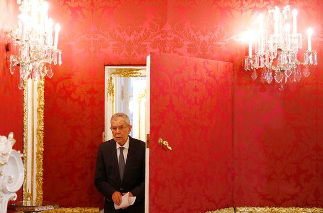 알렉산더 판데어벨렌 오스트리아 대통령이 기자회견장에 도착하고 있다. 오스트리아, 비엔나. 2019년