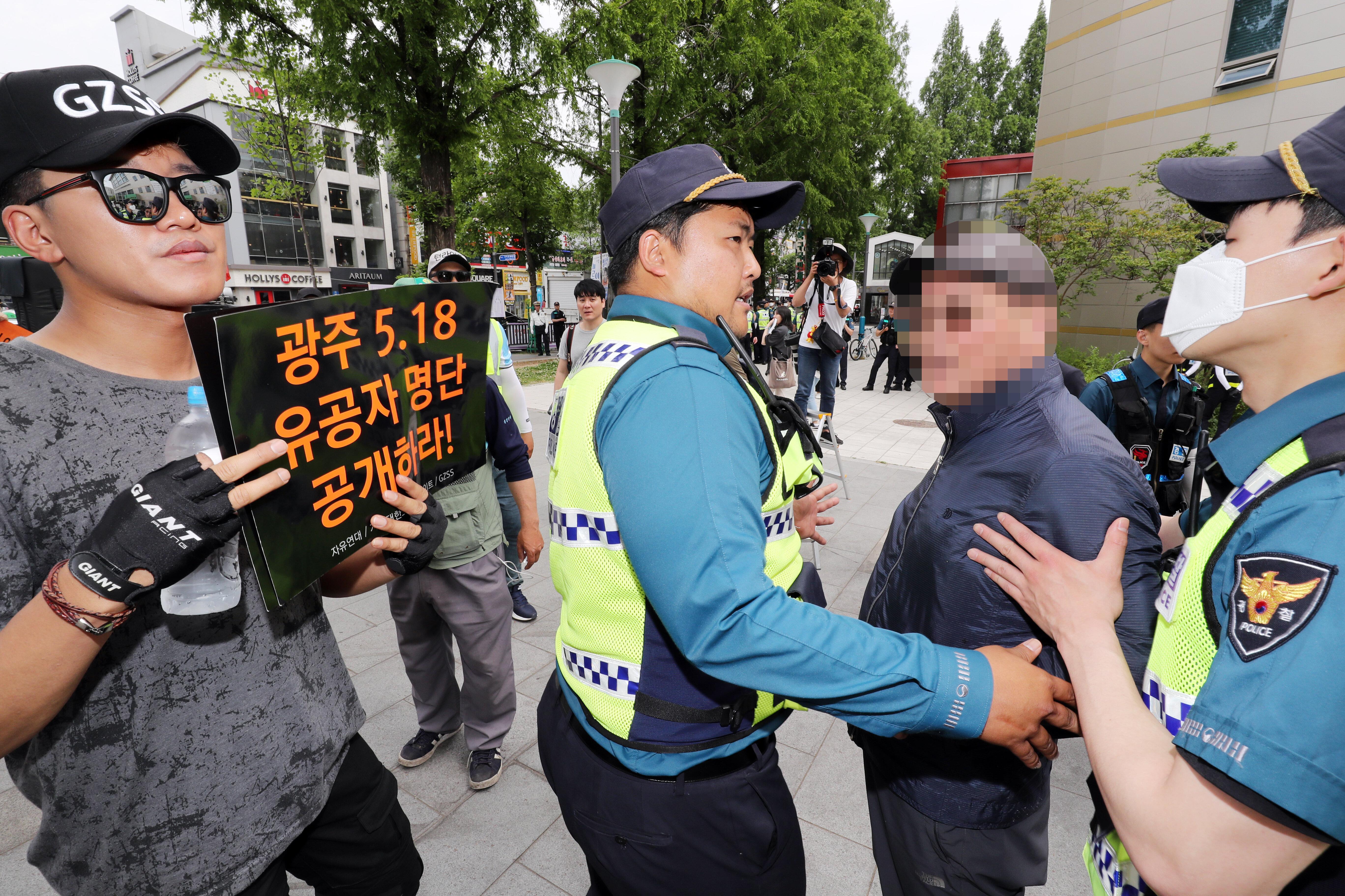 '5·18의 상징' 광주 금남로에 모인 보수단체가 '부산갈매기'를