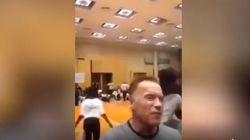 Arnold Schwarzenegger aggredito con un calcio alle spalle mentre firmava
