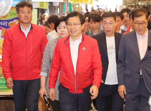 '민생투쟁 대장정'을 이어가고 있는 황교안 자유한국당 대표가 19일 제주시 동문시장을 방문하고