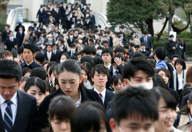 企業の合同説明会に並ぶ2020年春に卒業予定の大学生=1日、千葉市の幕張メッセ