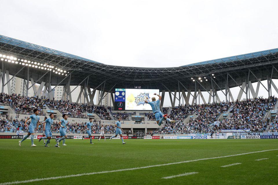 대구의 세징야(11번)가 19일 DGB대구은행파크에서 열린 2019 K리그1 경기에서 인천 유나이티드를 상대로 첫골을 터뜨린 뒤 안방 관중 앞에서 환호하고 있다. 대구는 올 시즌 K리그1...