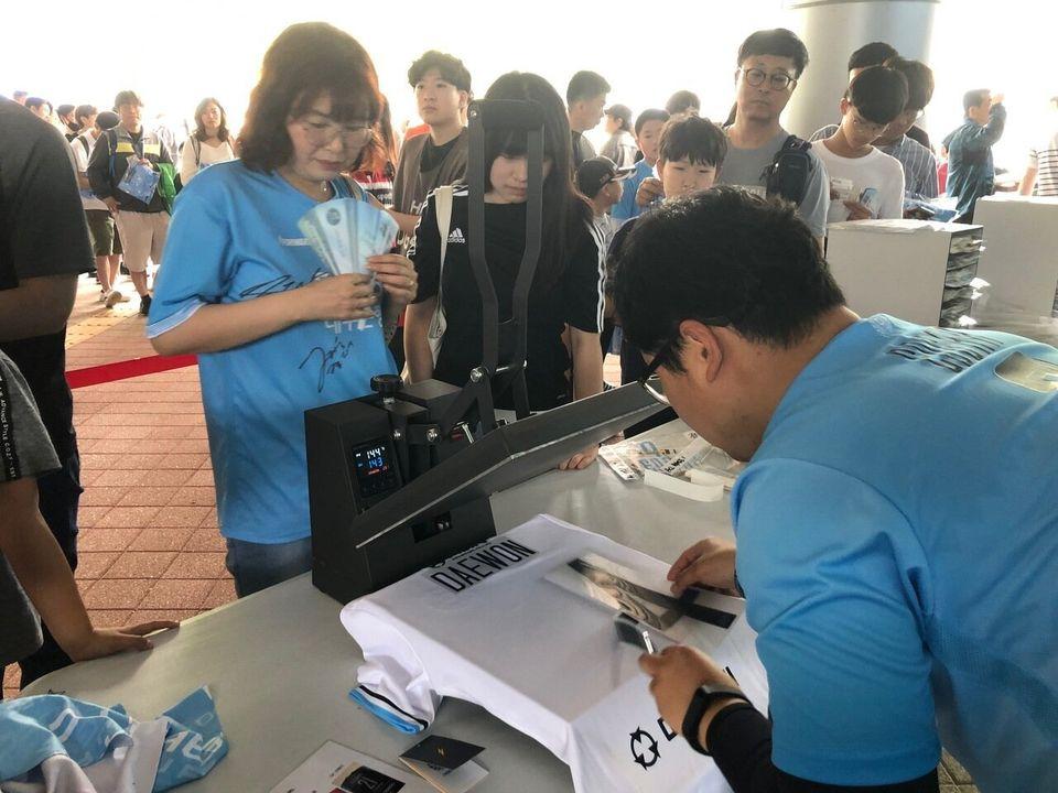 학부모와 고교 1학년 딸이 19일 DGB대구은행파크 입구에서 직접 구입한 유니폼에 김대원 선수의 이름과 번호를 새기고