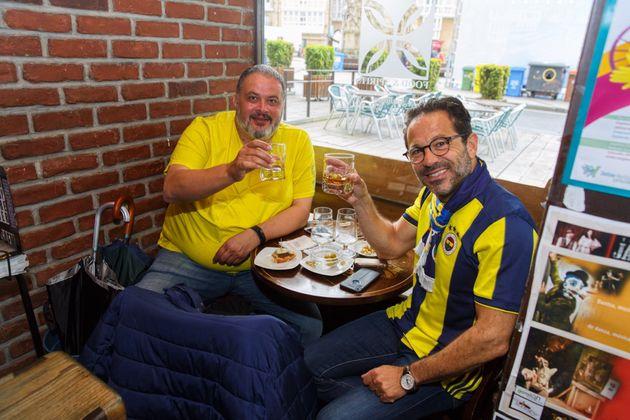 Seguidores del Fernerbahçe de Estambul toman el aperitivo en un bar del centro