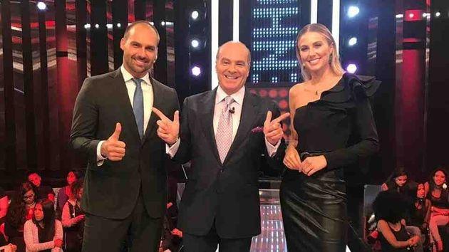 Eduardo Bolsonaro e Marthina Brandt foram os convidados do Mega Senha, de Marcelo Caravalho (centro),...