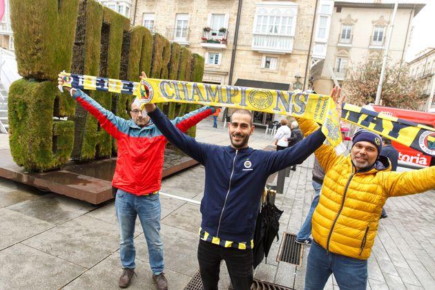 Seguidores del Fenerbahce de Estambul animan a su