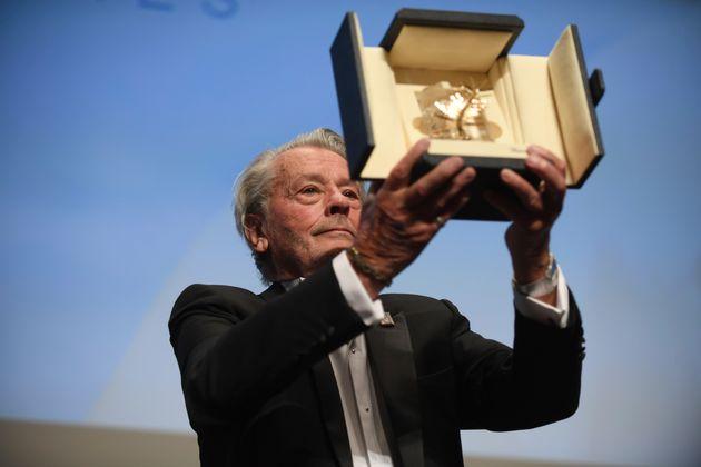 Alain Delon recevant sa Palme d'or d'honneur à Cannes le 19 mai