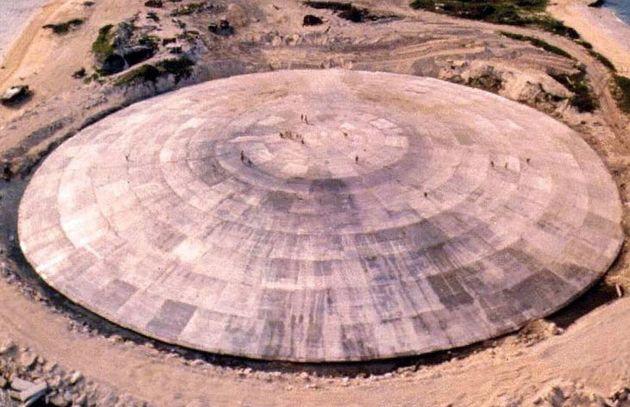 マーシャル諸島のエニウェトク環礁にある、核廃棄物を格納したコンクリートドーム