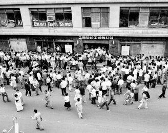 1962년 화폐개혁(제3차 긴급통화조치):1962년 10환을 1원으로 교체하는 화폐개혁이 단행되었다. 화폐를 교환하기 위해 은행에 모여든 사람들과 기마경찰의