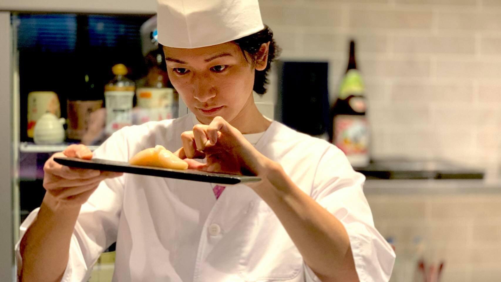 お寿司を作るSHUNさん