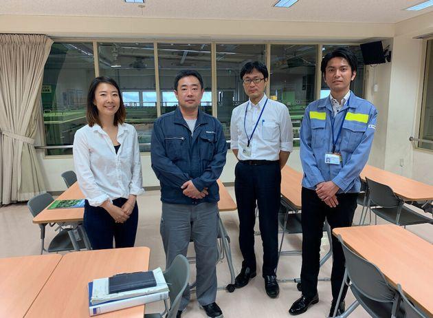 ビンのリサイクルラインを後ろに、左から筆者、所長の石田さん、世田谷区清掃・リサイクル部事業課の中島さん、長さん。