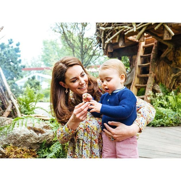 Kate Middleton nel suo giardino con George, Charlotte e Loui