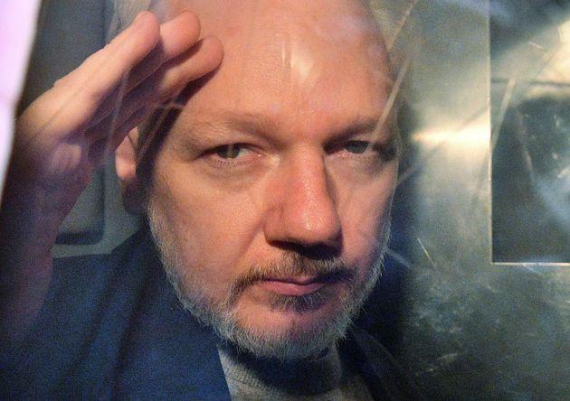 La Fiscalía sueca presenta una orden de detención contra Assange por