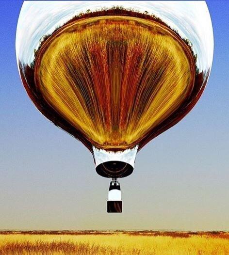Ενα αερόστατο - καθρέφτης στον ουρανό της