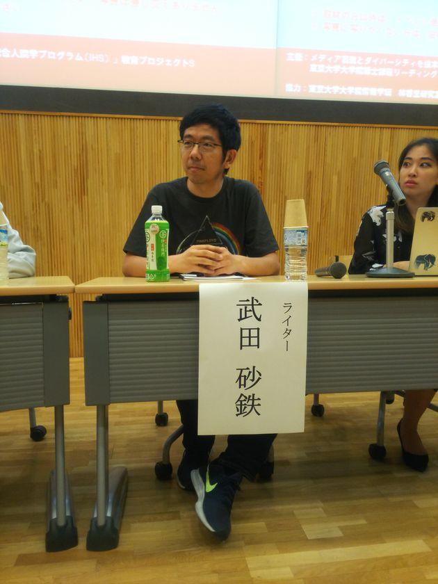 シンポジウムに登壇したライターの武田砂鉄さん。写真右は、Voice Up