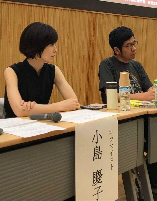 シンポジウムに登壇したエッセイストの小島慶子さん。写真右は、ライターの武田砂鉄さん