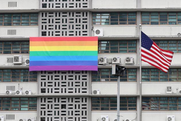 19일 오후 서울 세종대로 주한미국대사관에 성소수자를 상징하는 무지개 현수막이 걸려있다. 서울퀴어문화축제는 오는 31일부터