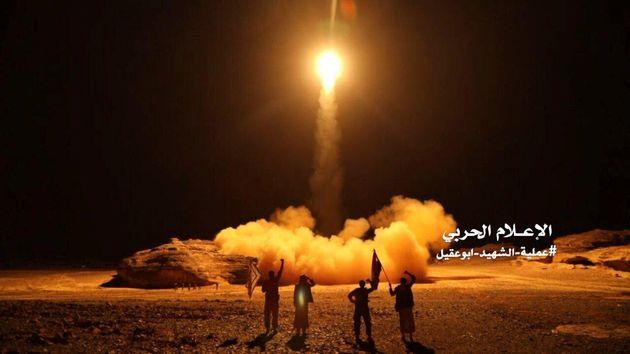 Une photo distribuée par l'Unité des médias militaires Houthi montre le lancement...