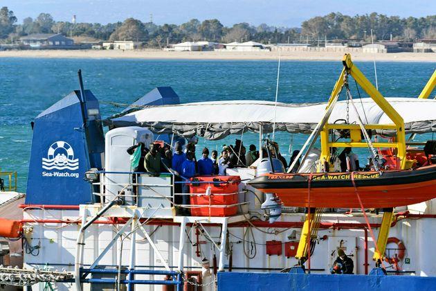 Dl sicurezza: nella bozza fino a 50mila euro di sanzioni per gli sbarchi e confisca
