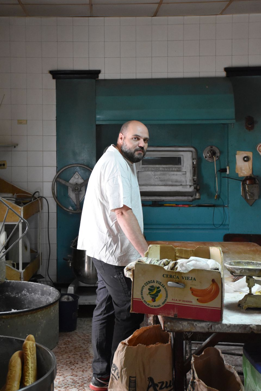 Eduardo Plaza, candidato del PSOE a la alcaldía, en la panadería de su familia, donde