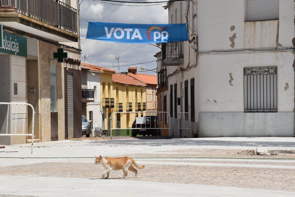 Vista de la plaza con propaganda