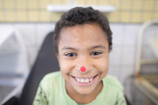 Criança atendida pelos Doutores da Alegria no Hospital da Restauração, em