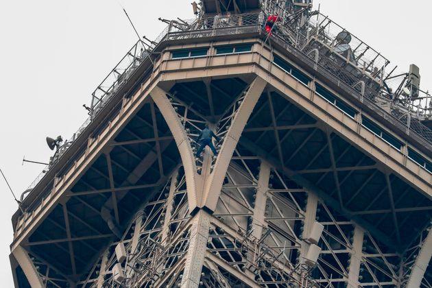 Parigi, si arrampica a mani nude sulla Tour Eiffel: afferrat