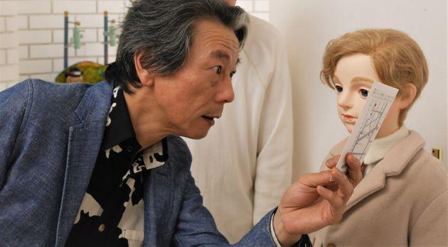 表紙になった人形と表紙の写真を見比べる津原さん。自身の著作で人形作家・四谷シモンさんの人形の写真を表紙にしたところ、四谷シモンさんの作品を知らないアカウントから「病的」と非難される事態になっていた。