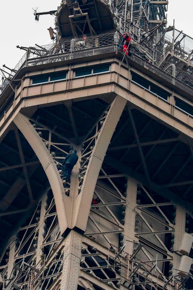 男が塔によじ登っているのが判明したことを受け、エッフェル塔は7時間以上に渡り閉鎖された