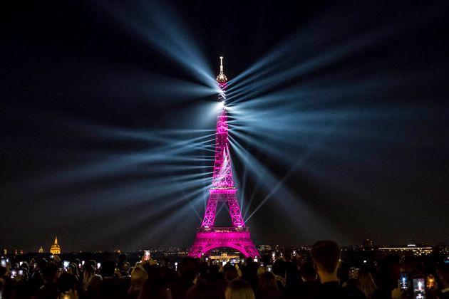 現地時間の5月15日夜、竣工から130年を迎えた記念し特別なライトアップが行われたエッフェル塔