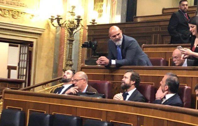 Abascal se sienta detrás del presidente y se asegura todas las