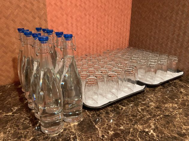 メディアルームに用意された水 これもガラスのボトルとグラスだ。